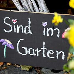 Schild Sind im Garten